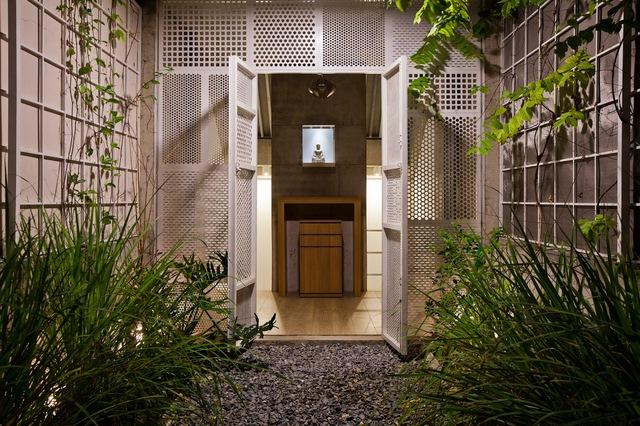 Tầng trên cùng là khu vực dành cho thờ cúng với vườn cây ngay trước phòng.