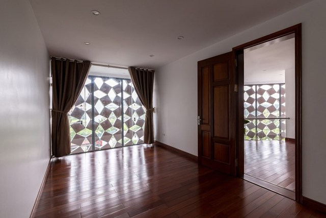 Toàn bộ sàn nhà được ốp gỗ tạo không gian gần giũ, ấm cúng. Một số phòng còn được trang bị rèm để giảm bớt ánh sáng khi có nắng gắt.