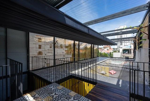 Sân thượng được thiết kế với những võng treo căng qua giếng trời tạo cảm giác bồng bềnh giữa thiên nhiên.