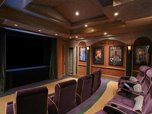 Nhà hát rộng rãi có sức chứa khoảng 20 người với ghế ngồi sang trọng Nhà hát được thiết kế theo phong cách Art Deco với những chiếc ghế có thể dựa rất thoải mái.
