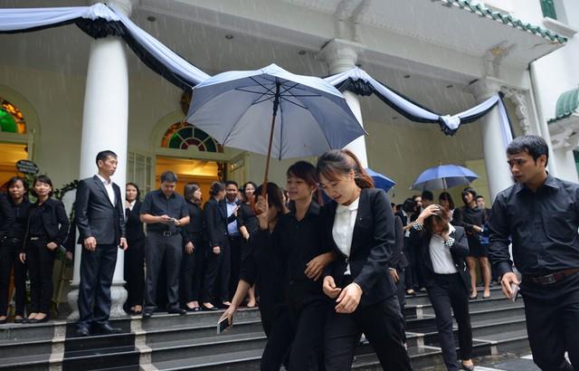Cơn mưa nặng hạt trong buổi sáng không làm giảm sự quyết tâm vào viếng của nhiều người.