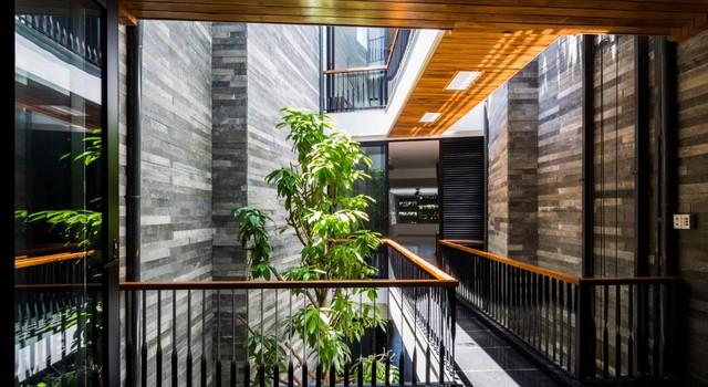 Để bảo vệ ngôi nhà khỏi mưa gió, gia chủ còn lắp thêm hệ thống cửa kính có thể dễ dàng mở ra đóng lại khi cần thiết.