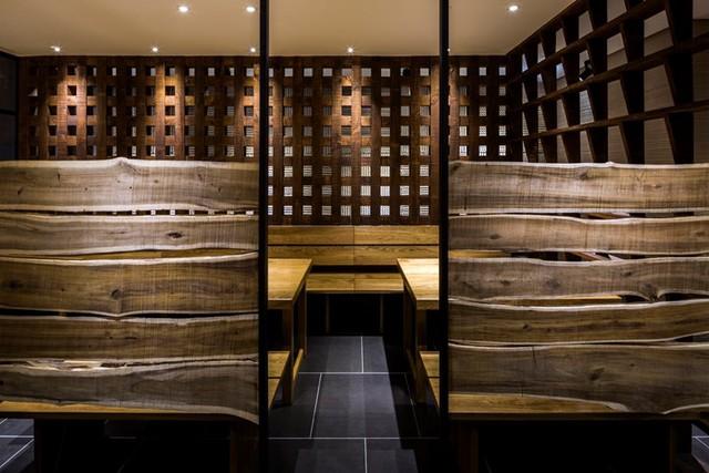 photo 13 1478510894710 Ngắm nhìn cận cảnh nhà hàng có nội thất gỗ độc đáo ở TP. HCM