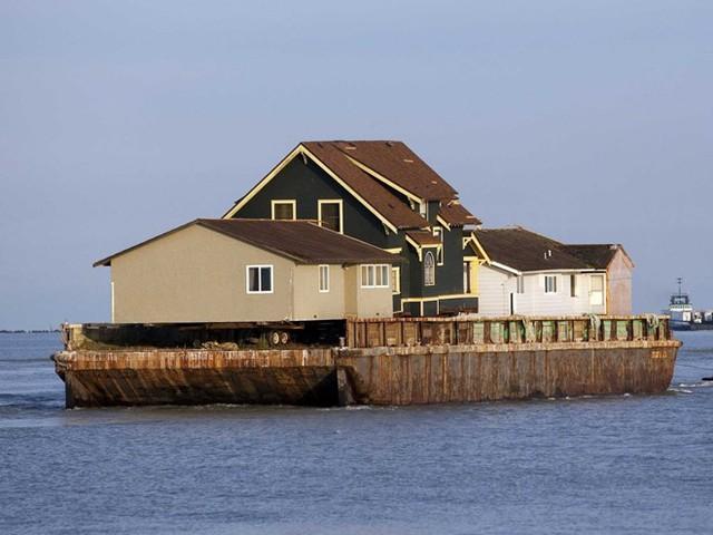 Một tòa nhà bị phá hủy để xây dựng một căn khác nhỏ hơn dành cho những hoạt động đặc biệt. Thông tin về căn nhà này rất bí mật. Nó có diện tích 900 mét vuông nằm gần sân thể thao và bao bên ngoài là 1 bến thuyền.