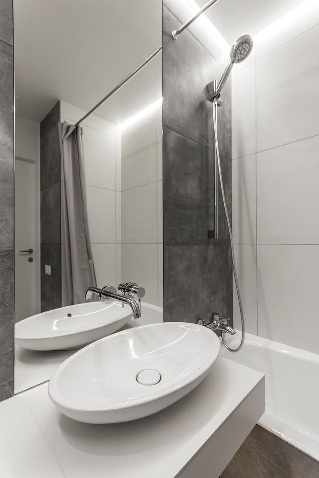 Một chiếc gương to giúp nhân đôi diện tích không gian nhỏ này.