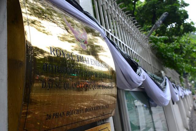 Trong ngày hôm nay, ĐSQ Thái Lan tiếp tục mở cửa đón công dân Thái cũng như khách Việt và người nước ngoài tới viếng nhà vua Bhumibol Adulyadej.