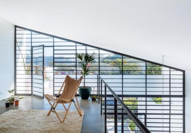 Từ trên chiếc ghế bành cách điệu này chủ nhà có thể phóng tầm mắt ngắm toàn cảnh khu phố.