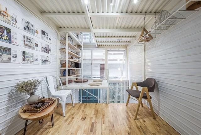 Sàn nhà được làm từ gỗ cao su ghép thanh sáng màu khiến không gian càng trở nên gần gũi và thân thiện hơn.