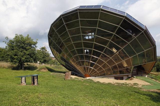 Căn nhà độc đáo bao phủ bởi các tấm năng lượng mặt trời này được xây dựng ở vùng quê Alsacian thuộc Pháp. Thiết kế của nó hướng thẳng về phía có ánh nắng mạnh nhất để thu năng lượng.