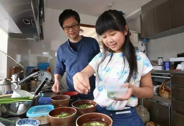 Hai bố con Hana cùng nhau trải qua cuộc sống vui vẻ và hạnh phúc dù không có mẹ ở bên cạnh.