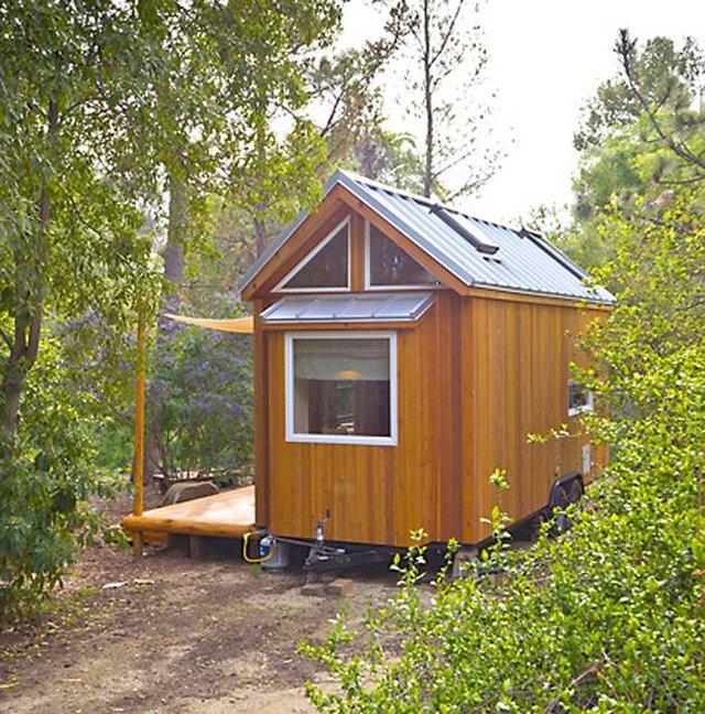 Ngôi nhà còn vô cùng đặc biệt ở chỗ, mọi đồ dùng trong nhà đều sử dụng năng lượng mặt trời nhờ hệ thống tích điện trên mái. Không những thế nó còn được gắn bánh xe di động rất tiện lợi mỗi khi cô chủ muốn rong ruổi đến một nơi nào đó.