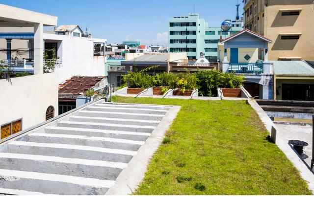 Khu vườn trên mái nhà giúp làm mát và giảm nhiệt độ cho các tầng bên dưới.