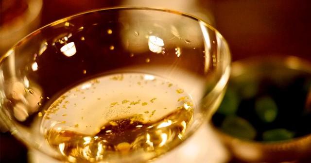 Cocktail giá 1.347 USD: Quán bar Skyview ở khách sạn Burj Al Arab phục vụ cocktail giá 1,347 USD được làm từ rượu champagne thượng hạng, đựng trong cốc pha lê Swarovski đính kim cương (người uống được giữ chiếc cốc này). Tuy nhiên, món đồ uống đắt nhất ở đây là The Birth of an Icon có giá 4.083 USD, được làm từ rượu rum đắt tiền và rắc bụi vàng. Ảnh: Hungryforever.
