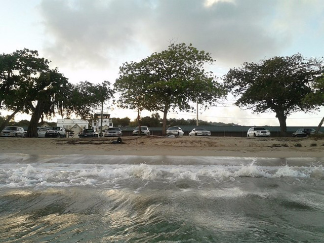 Cát nhân tạo tại khu biệt thự được mang về từ vùng biển Caribe. Bill Gates đã nhập về một lượng cát lớn từ quốc đảo St. Lucia, phía đông bắc vùng biển Caribe để bỏ vào trong bãi tắm biển nhân tạo của mình.