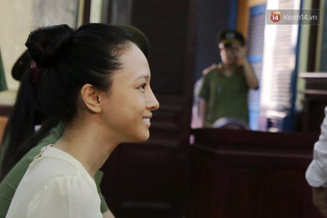 Gương mặt của bị cáo Phương Nga vẫn luôn tươi cười khiến nhiều người có mặt ở tòa và những ai đang theo dõi trên truyền thông đều khá bất ngờ.