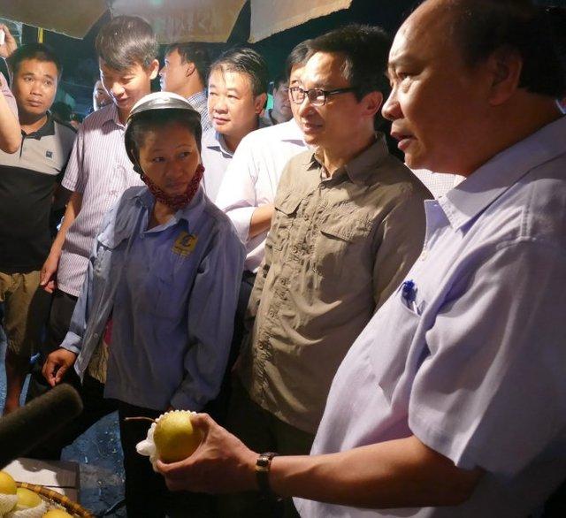 Trao đổi với các tiểu tương, Thủ tướng đề nghị kiểm tra kỹ nguồn gốc hàng hóa, không dùng chất bảo quản độc hại gây ảnh hưởng đến sức khỏe người tiêu dùng - Ảnh: LÊ KIÊN