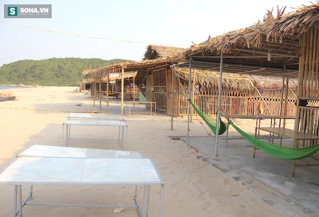 Biển tại đèo Con (Kỳ Anh, Hà Tĩnh) sau sự cố môi trường do Formosa xả thải hồi tháng 4 vừa qua đã khiến du lịch nơi đây ế ẩm. Nhiều quán hàng đóng cửa vì không có khách.