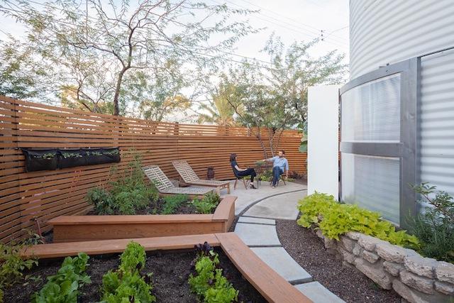 Không gian bên ngoài ngôi nhà vô cùng lý tưởng với khoảng sân thư giãn cạnh những vườn rau nhỏ xinh được bố trí quanh ngôi nhà.
