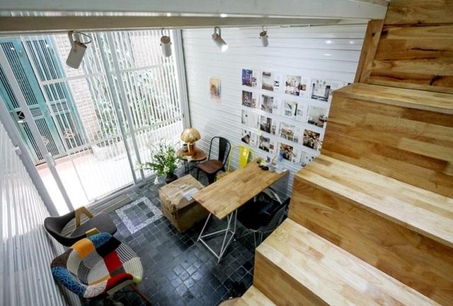 Bởi diện tích nhỏ nên đồ nội thất cũng rất nhỏ xinh, phù hợp với không gian chung. Tuy vậy cách lựa chọn màu sắc phù hợp giúp không gian nơi này rất đẹp mắt.