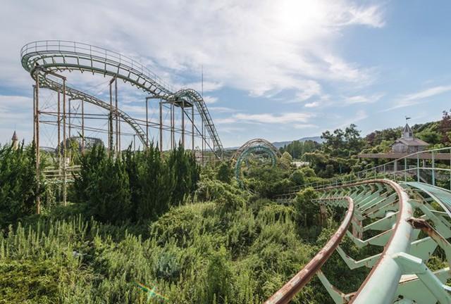"""Nara Dreamland từng là """"một thành công lớn"""", tuy nhiên đã đóng cửa năm 2006. Công viên giải trí này được mua lại vào năm 2015 với kế hoạch dỡ bỏ, nhưng đến nay vẫn còn nguyên."""