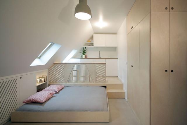 Điểm cộng đầu tiên phải kể đến trong ngôi nhà này đó là sử dụng nội thất tích hợp trong cùng một không gian. Chiếc giường ngủ xinh xắn này khi cần có thể thu nhỏ lại biến nơi đây thành phòng khách vô cùng thoáng rộng và tiện nghi.