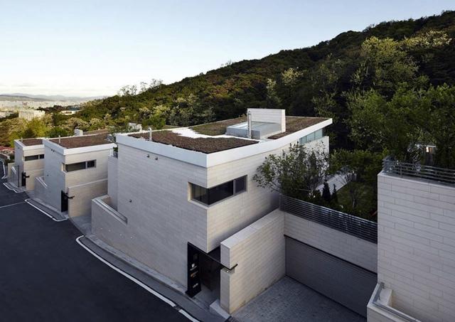 Những ngôi nhà được xây nối tiếp nhau trên một địa hình núi dốc.