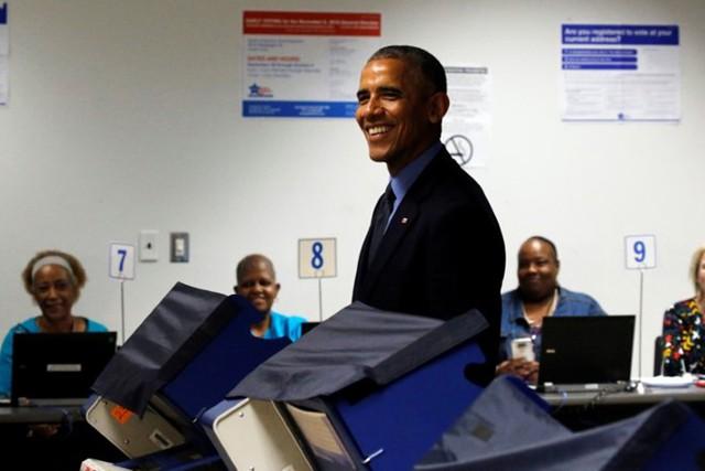 Tổng thống Obama đi bỏ phiếu sớm ở Chicago, Mỹ. Ảnh: Reuters.