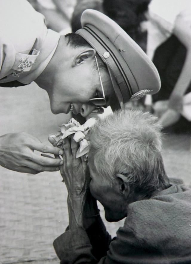 Hình ảnh vua Bhumibol chào người dân trong chuyến đi vi hành của ông đã lay động hàng triệu người Thái.