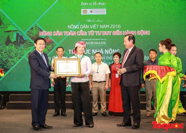 Phó Thủ tướng Vương Đình Huệ trao bằng khen của Thủ tướng Chính phủ cho các nông dân xuất sắc.