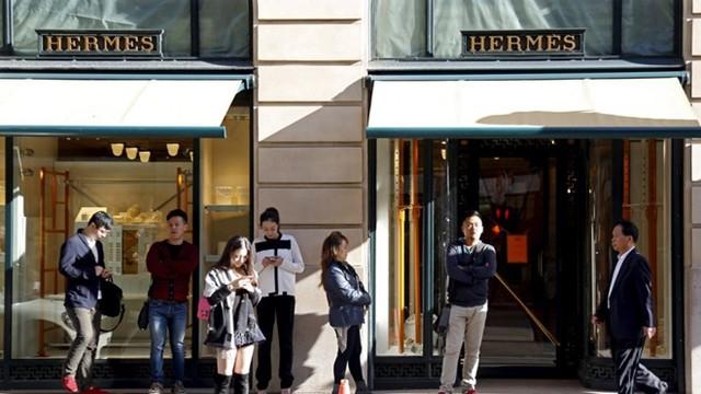 Người Trung Quốc đến Mỹ tìm kiếm những thương hiệu xa xỉ với giá rẻ hơn trong nước. Ảnh: Reuters.