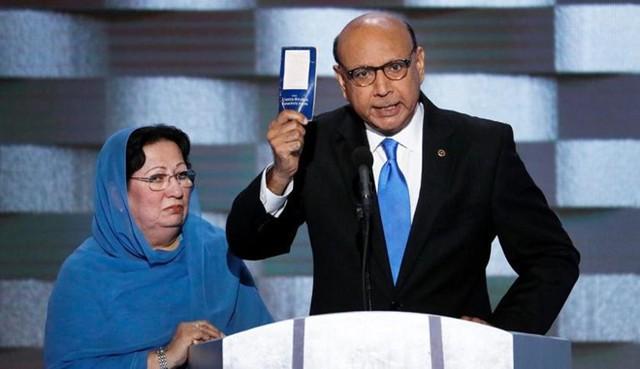 Cha mẹ của Đại úy Humayun Khan, một binh sĩ Mỹ theo đạo Hồi đã hy sinh trên chiến trường Iraq, bị Trump chỉ trích sau bài phát biểu của họ tại Đại hội đảng Dân chủ cuối tháng 7. Ảnh: Getty.