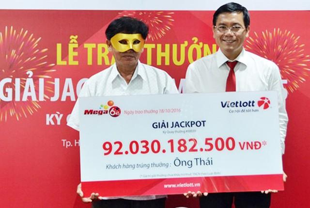 Ông Thái đeo mặt nạ khi nhận giải thưởng lớn vào chiều 18/10. Ảnh: Vietlott.