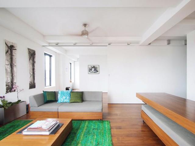 Không gian phòng khách được bài trí đơn giản với bộ bàn ghế sofa êm ái cùng những chiếc gối ôm đẹp mắt.