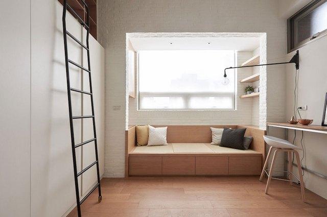 Phòng khách thoáng sáng được đặt ngay cạnh cửa sổ. Băng ghế dài nơi đây còn cung cấp cho chủ nhân không gian nghỉ ngơi yên tĩnh.