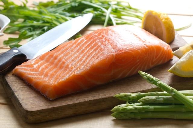 Không giống với thịt đỏ, cá là một nguồn protein nạc tốt hơn