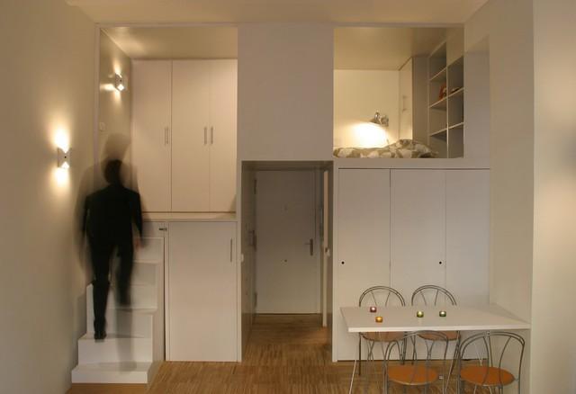 Ngay lối vào nhà 1 bên là tủ đựng đồ, còn bên kia là khu vực nhà tắm và bếp ăn. Toàn bộ nội thất ngôi nhà được làm bằng gỗ sơn trắng khiến không gian trở nên rộng thoáng không ngờ.