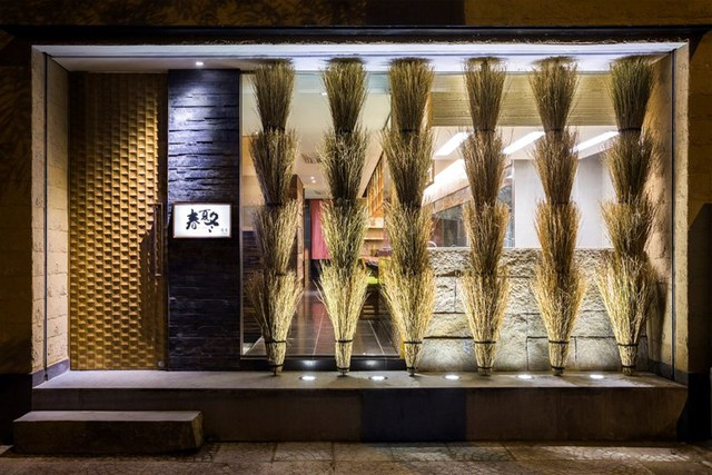 photo 2 1478510893961 Ngắm nhìn cận cảnh nhà hàng có nội thất gỗ độc đáo ở TP. HCM