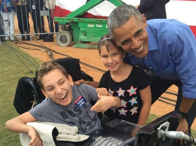 Tổng thống Obama đã bắt tay và chụp ảnh cùng cậu bé. (Nguồn: washingtonpost)