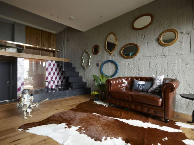 Điều đặc biệt khiến bất cứ ai bước vào căn hộ này cũng phải trầm trồ đó là cách bài trí khác lạ của chủ nhà. Trong ảnh là phòng khách rộng thoáng với tấm thảm da bò màu nâu lạ mắt cùng tông với chiếc ghế sofa khiến không gian nơi đây vô cùng ấm cúng.