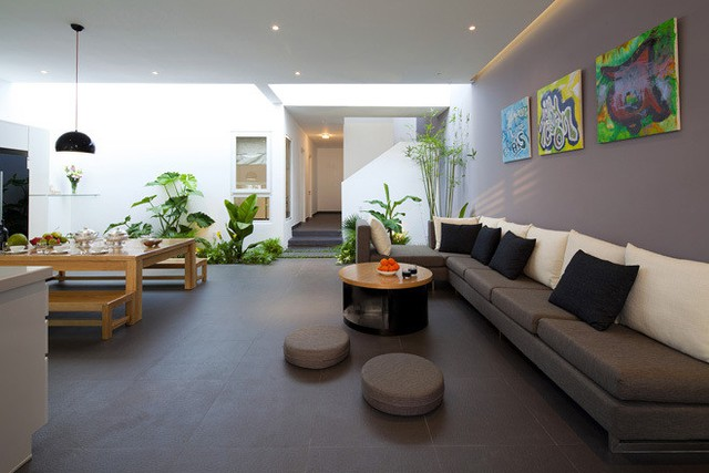 Khu vực sinh hoạt chung phòng khách, bếp và bàn ăn được ngăn cách với không gian phòng ngủ và khu vệ sinh bên trong bằng khu vườn nhỏ ngay giếng trời.