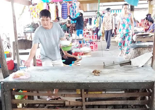 Sạp thịt heo của người phụ nữ trúng xổ số 92 tỷ đồng được chủ nhân bỏ trống hơn một tháng qua. Ảnh: Việt Tường.