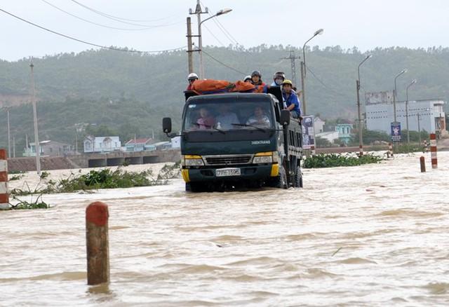 Đường về các xã khu đông huyện Tuy Phước bị ngập sâu trong lũ. Ảnh: Minh Hoàng.