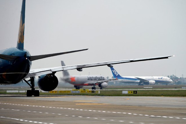 Cảng HKQT Nội Bài có 32 hãng hàng không trong và ngoài nước khai thác thường xuyên đến 15 tỉnh, thành phố trong nước và 34 vùng lãnh thổ, thành phố trên thế giới.