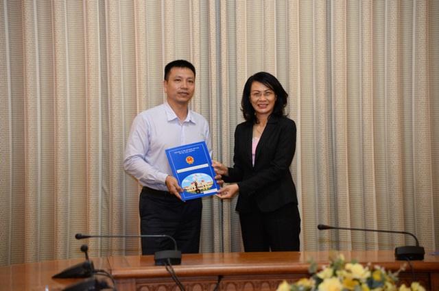Phó Chủ tịch UBND TP HCM Nguyễn Thị Thu trao quyết định cho ông Thái Thành Chung