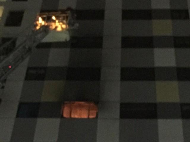 Cháy tại tầng 8 tòa nhà Rainbow Linh Đàm, cư dân tháo chạy tán loạn