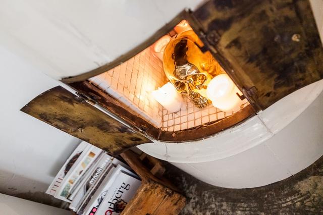 Chiếc lò sưởi mang hơi ấm cho cả ngôi nhà được khéo léo đặt ngay tại góc nhà.