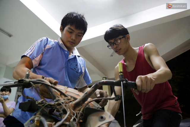 Các chàng trai đang nhận được sự quan tâm của nhiều sinh viên nên được phong soái ca sửa xe.