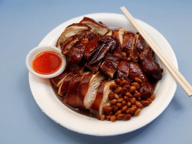 Một phần gà tiêu chuẩn có giá khoảng 2 đô Singapore (tầm 30.000) của ông Chan gồm gà sốt tương, đậu và cơm hoặc mì tùy chọn. Phần sốt được chế biến theo công thức gia truyền đặc biệt.
