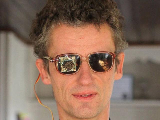 Từ một người khiếm thị, Neumann nay có thể lái xe như người bình thường với mắt điện tử.