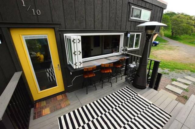 Một khu vực ăn uống vô cùng thuận tiện và thoáng mát ngay trước mặt khu bếp nấu.